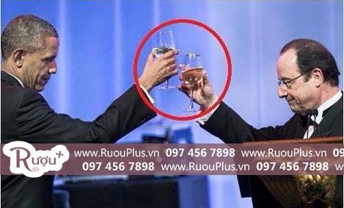 Cách cầm một ly rượu vang văn minh lịch sự